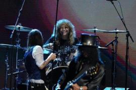 Steven Adler, exbatería de Guns n' Roses, se apuñala a sí mismo