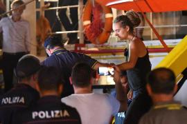 El 'Sea Watch' desembarca en Lampedusa sin permiso y detienen a su capitana