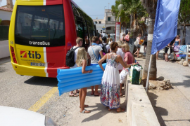 El bus lanzadera a la playa de Es Trenc empieza a funcionar este lunes