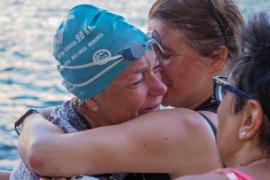 La deportista Tita Llorens cruza a nado la distancia entre Formentera e Ibiza en favor de la infancia hospitalizada