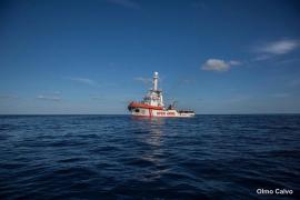 El 'Open Arms' rescata a 40 personas que navegaban a la deriva y se dirige a Lampedusa