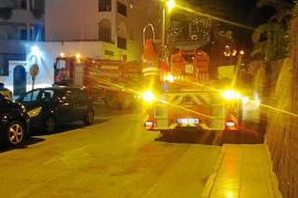Susto por un incendio en un apartamento de Platja d'en Bossa en plena madrugada
