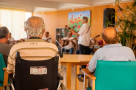 La actuación de los vecinos de Es Clot en el Hospital Residencia Cas Serres, en imágenes (Fotos: T. Planells).