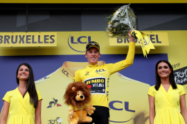 Mike Teunissen se enfunda el primer maillot amarillo del Tour 2019
