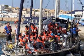 Otro barco humanitario reta a Salvini para llevar a tierra a 41 inmigrantes