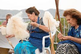 La tradición ibicenca llena la plaza de Sant Agustí por la novena 'Trobada Folklòrica i d'Artesania'