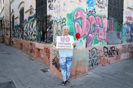 Los escritores Eusèbia Rayò y Àlex Volney, contra las pintadas vandálicas en Palma