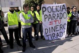 Más de 100 policías locales en paro protestan contra la política de seguridad del Govern