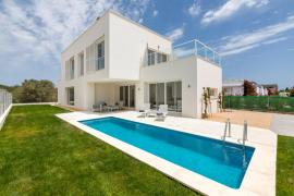 Villa de nueva construcción con piscina y mucho espacio en Es Trenc