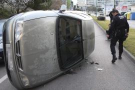Detenido un conductor ebrio en Palma tras colisionar contra un coche y volcar