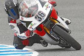 Joan Perelló aparca la moto durante 2012
