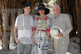 Dylan, junto a sus padres, Catherine y Michael, posando ayer en los jardines junto a la Cartoixa