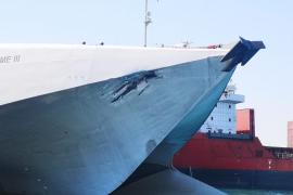 Colisión de un barco de la 'Tras' y otro de Baleària en el puerto de Alcúdia