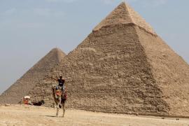 Detenido por fotografiarse con el trasero al aire en las pirámides de Guiza