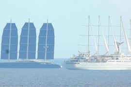 El mayor crucero a vela, en la bahía de Palma