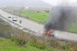 Alarma en la carretera que une sa Pobla y Pollença al arder un coche