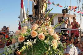 Cientos de fieles se congregan en Santa Eulària para acompañar a la patrona de la gente del mar
