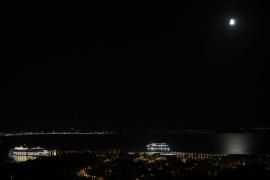 Vista del eclipse lunar parcial sobre la bahía de Palma