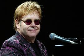 Elton John revela que un ex amante se suicidó al no aceptar su homosexualidad