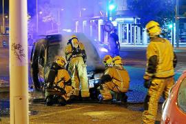El incendio que destruyó una furgoneta en la calle Eusebio Estada