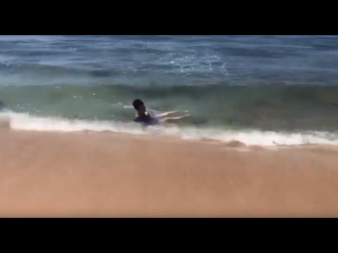 Primera vez en su vida que va a la playa, toma el sol y se baña