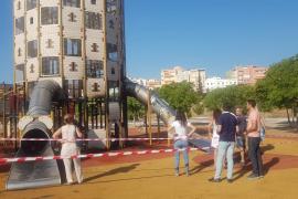 La torre y el pavimento del castillo infantil del Parc de sa Riera, irrecuperables