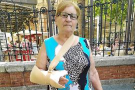 Herida grave por una alcantarilla rota en la Plaza España: «Ni me podía mover»