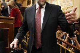 Rubalcaba reprocha a Rajoy su «silencio»  y éste defiende su reforma