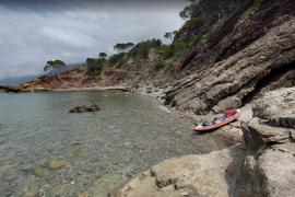 Un hombre herido por el desprendimiento de una roca en Es Port d'es Canonge