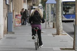 Los mayores de 12 años que circulen en bici por las aceras pagarán hasta 60 €