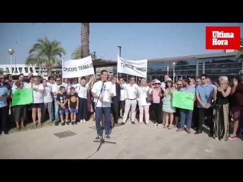 Unas cien personas se concentran en Palma en defensa del turismo de cruceros