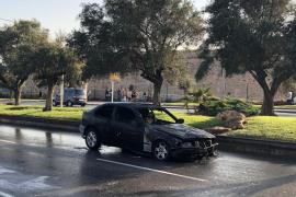 Un coche en llamas obliga a cortar el tráfico en las Avenidas de Palma