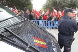 Unas 150 personas protestan contra los recortes durante el encuentro  del PPE