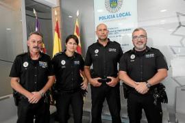 Policía Local de Ibiza: «Nos sorprendió que hubiera tanta gente que quisiera coger la tortuga»