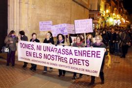 Las mujeres salen a la calle para protestar contra la crisis y la reforma laboral