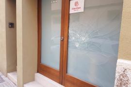 Atacan con un martillo la cristalera de una oficina de Cáritas en Palma