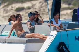 Las vacaciones de Fábregas, Suárez y Messi a bordo de un lujoso yate en las Pitiusas