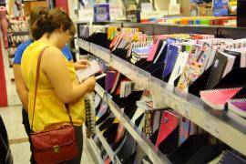 Los centros escolares no podrán exigir a las familias que compren el material escolar en tiendas determinadas