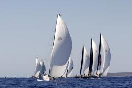 Seis barcos mantienen el liderato tras una dura batalla en Palma
