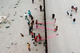 Balancines que unen Estados Unidos y México a través del muro