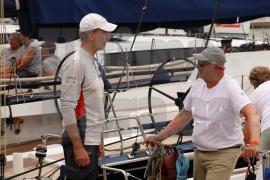 Felipe VI y Harald de Noruega se saludan tras su primer duelo en la Copa del Rey de vela