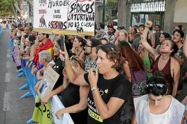 Taurinos y antitaurinos, a codazos para manifestarse en Palma