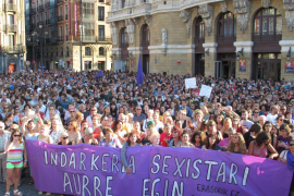 Miles de mujeres se concentran para denunciar la violación grupal de una joven a manos de seis individuos