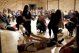 Saxofonistas y bailarinas ofrecen un concierto basado en la improvisación