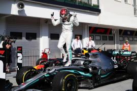 Hamilton se impone a Verstappen en Hungría