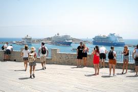 Alrededor de 7.000 cruceristas llegan a Vila en una jornada muy calurosa