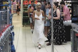 Rita Ora de compras por Ibiza