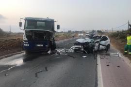 Muy grave un joven de 24 años tras chocar un turismo y un camión en la carretera de la Savina