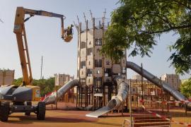Cort desmonta el parque infantil afectado por el fuego en sa Riera