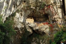 Fallece un niño de tres años al caer desde seis metros en Covadonga